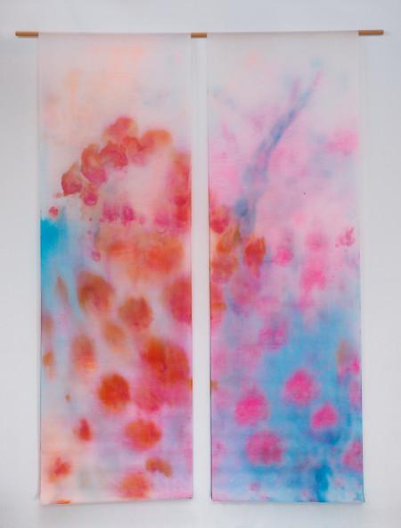 Eclosion, dyptique, encres et acryliques sur textile double, 2 pièces suspendues 90 x 250 cm