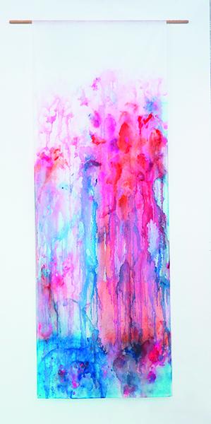 Azalée rouge, encres et acryliques sur textile suspendu, 90 x 250 cm